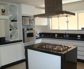 cozinha branca planejada com adega