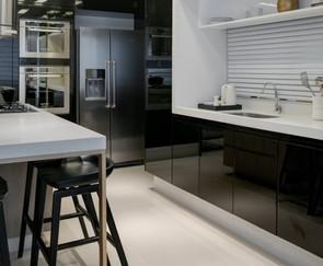 cozinha planejada com preto brilhoso