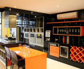 cozinha planejada escura com adega