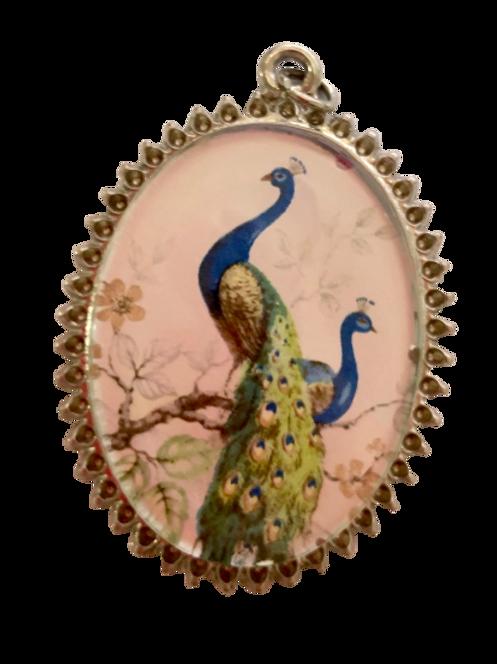 Pingente prateado de pavão