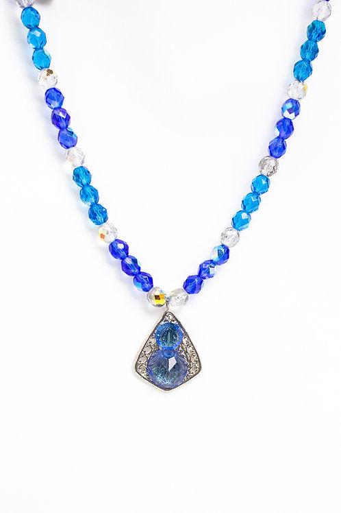 Colar azul de cristais
