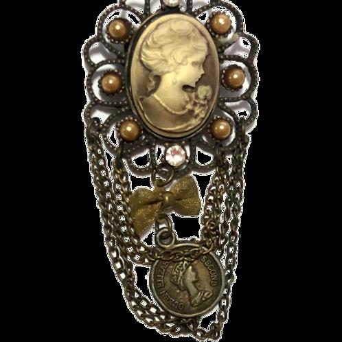 Broche ouro velho com camafeu