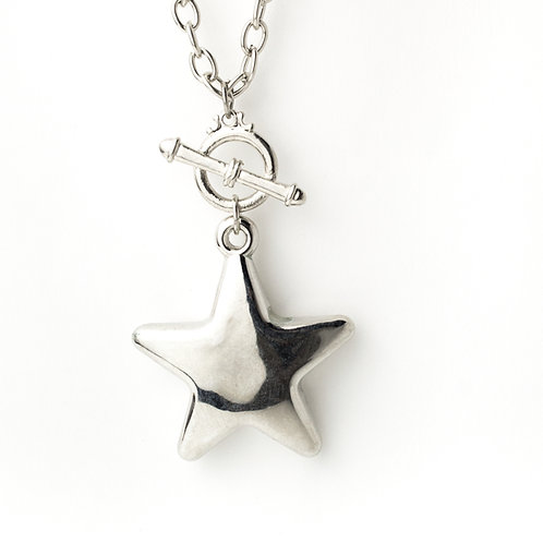 Colar prateado com estrela