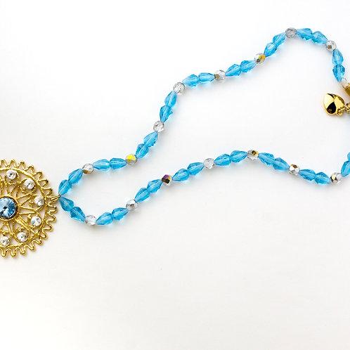 Colar de cristais azuis turquesa com medalhão