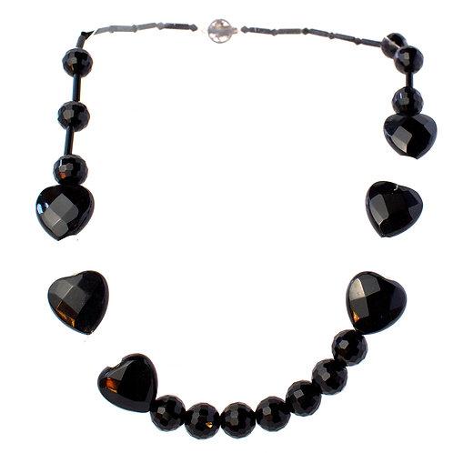 Colar de cristais pretos e brancos com corações