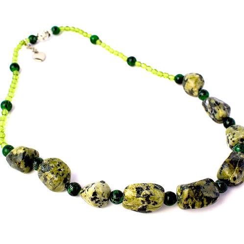 Colar de cristais verdes e pedras naturais