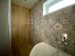 kúpelňa s vaňou a sprch. kútom