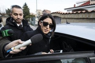 Roma, esposto sindacato cronisti contro Raggi: lesi diritti stampa