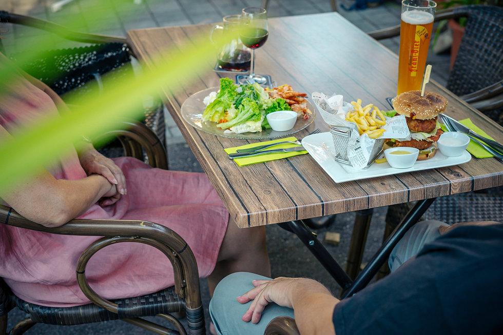 Tisch mit Essen.jpg