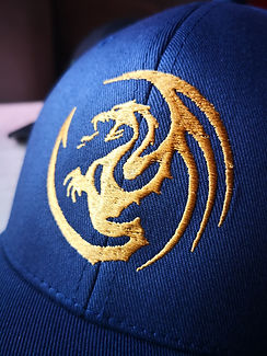 Boné bordado com dragão dourado