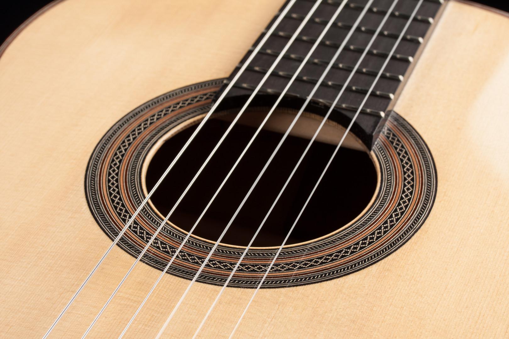 Guitare  Cette guitare ravissante est faconné avec dos et éclisses en cocobolo de Nicaragua.