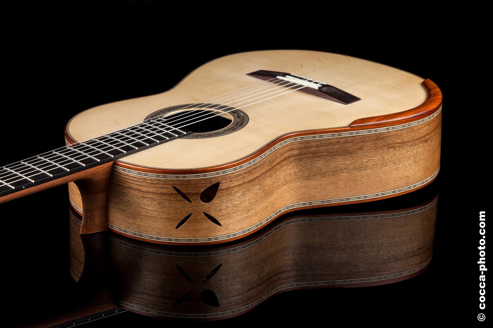 Cette guitare était une commande.  Le client avait un rêve précis de comment la finition devait etre faite.  C'était un joli défi. Les éclisses et le dos sont en noyer. Les bords sont en bloodwood