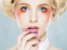 Fotografia de mulher com maquilhagem e unhas coloridas