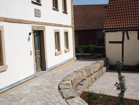 Renovierter Hof mit Parkplätzen und Unterstellmöglichkeiten