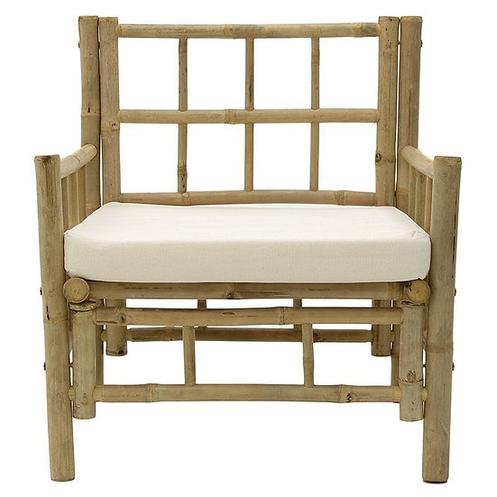 Πολυθρόνα από μπαμπού σε φυσικό χρώμα με λευκό μαξιλάρι.