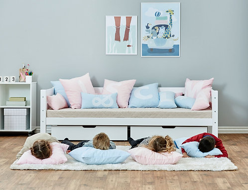 τετράγωνα παιδικά μαξιλάρια σε γαλάζιο και ροζ με γράμματα