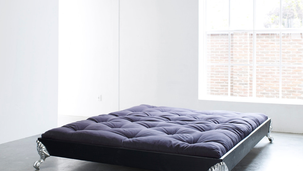 διπλό κρεβάτι σε wenge χρώμα από μασίφ ξύλο με πόδια αλουμινίου, τύπου πλατφόρμας