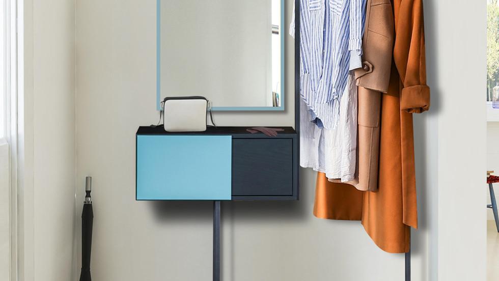 Μια ξεχωριστή κονσόλα με μεταλλικό σκελετό, συρτάρι, καθρέφτη, χώρο για τα παπούτσια και ξύλινη κρεμάστρα.  Τα μπουφάν, τα πα