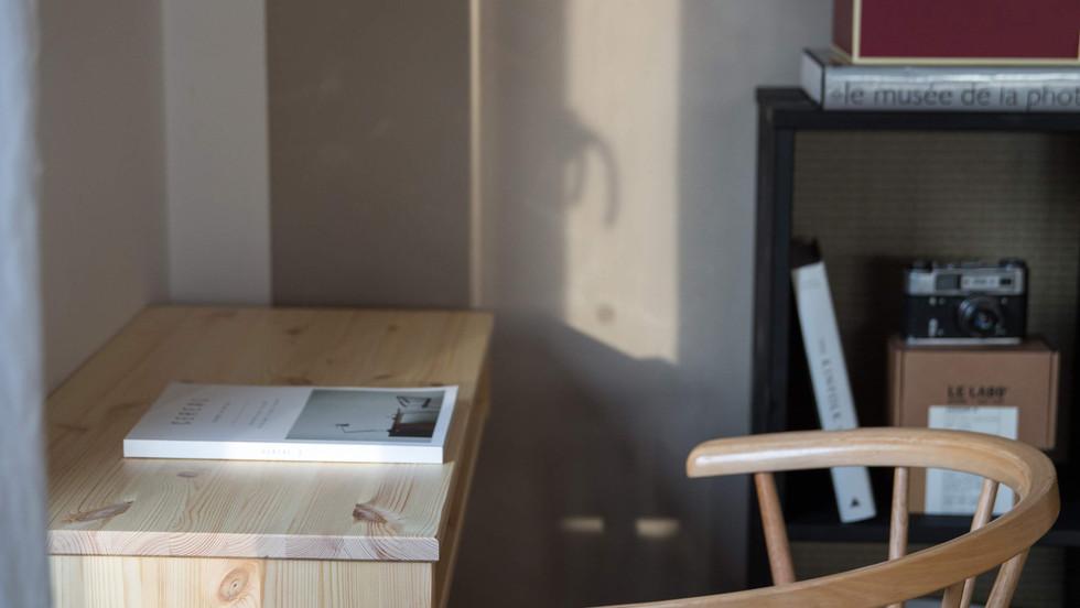 Capo κονσόλα από μασίφ ξύλο για γραφείο ή όποια άλλη χρήση σας βολεύει.Σε 2 χρώματα Μαύρο και Φυσικό