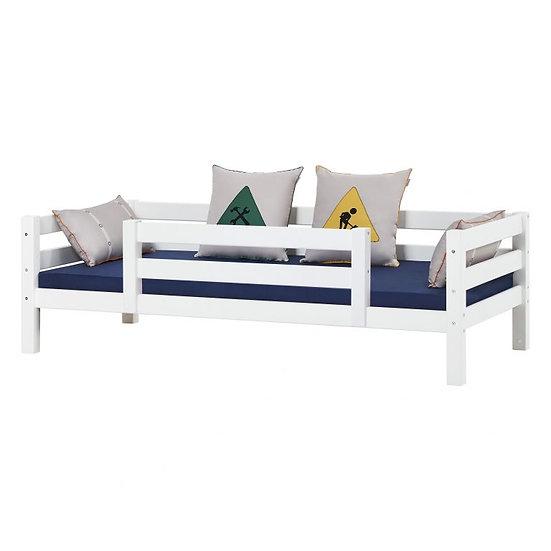 μονό παιδικό κρεβάτι με πλάτη από μασίφ ξύλο πευκου πιστοποιημένο σε λευκό χρώμα και με μεγάλο προστατευτικό