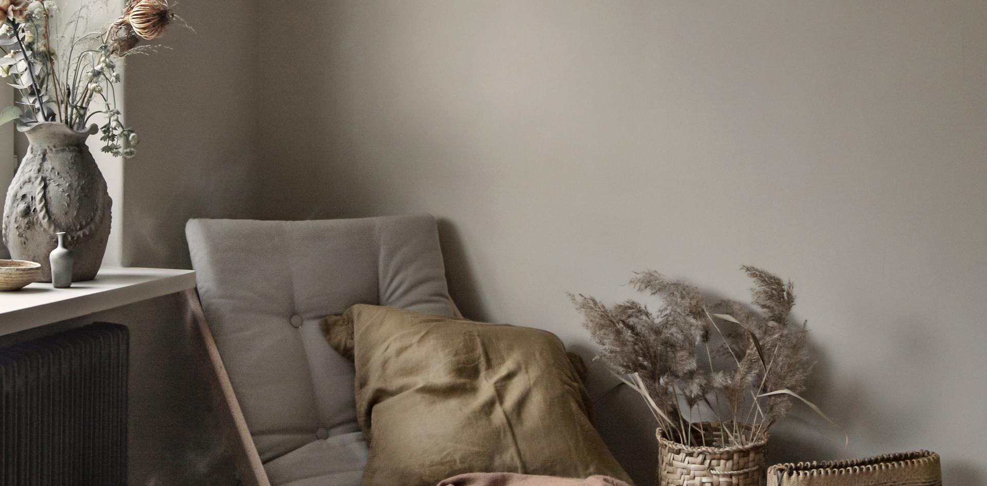 ξύλινη πολυθρόνα με φουτόν μαξιλάρι σε πολλά χρώματα