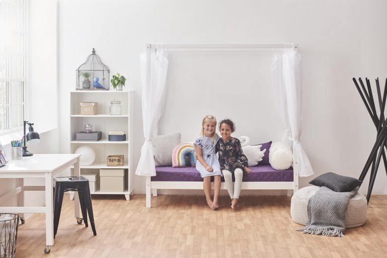 παιδικό κρεβατάκι από μασίφ ξύλο με ουρανό για μικρά παιδάκια