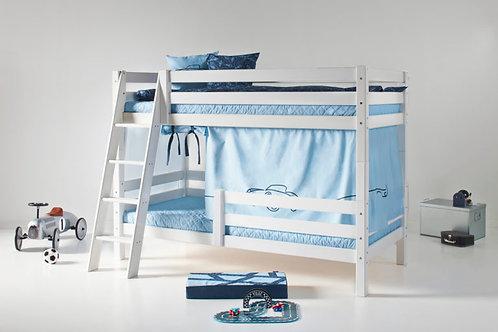 διπλή κουκέτα από μασίφ ξύλο σε λευκή βαφή με μεγάλο κάγκελο στο κάτω κρεβάτι