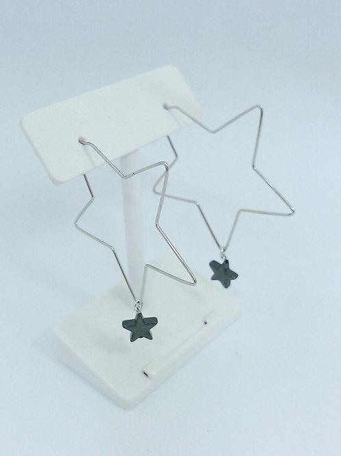 ワイヤーラインの星型ピアス
