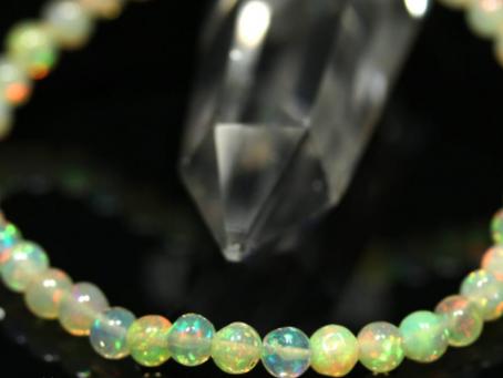 虹色の光のエネルギー オパール