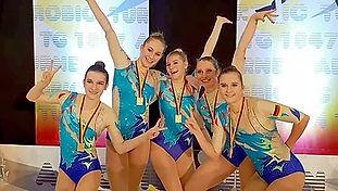 Gruppe mit Goldmedaille.jpg