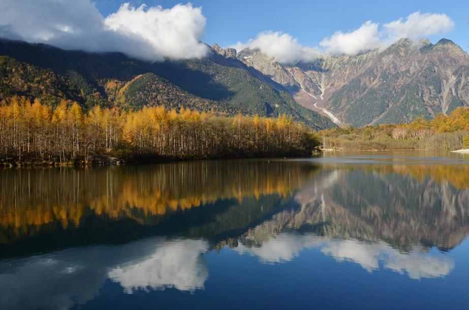 秋本番の大正池と穂高連峰