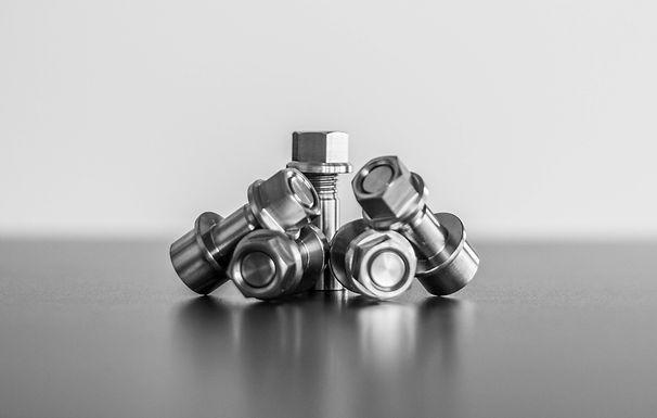BMW HP4Race Titanbolzen mit Muttern für Kettenradträger
