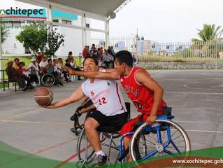 Partido de basquetbol entre escuadras de discapacitados