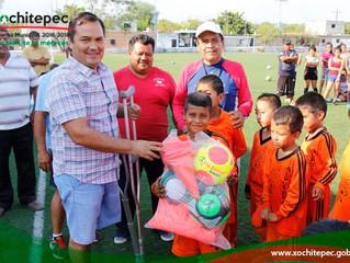 Entrega de balones en estadio Ramos Menez de Alpuyeca