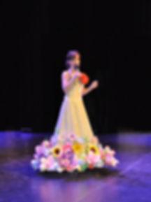 Galaklänning pappersblommor av Karin Toll