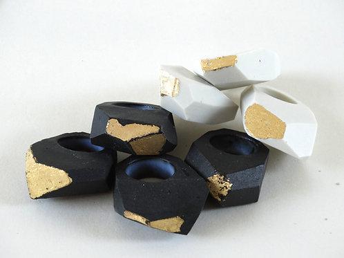 Anillos facetados de cerámica negra con hoja de oro