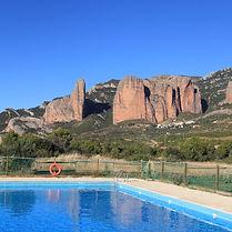 Piscine du Camping Armalygal ouverte en été gratuite et exclusive pour les résidents du Camping. Vue panoramique aux Mallos de Riglos