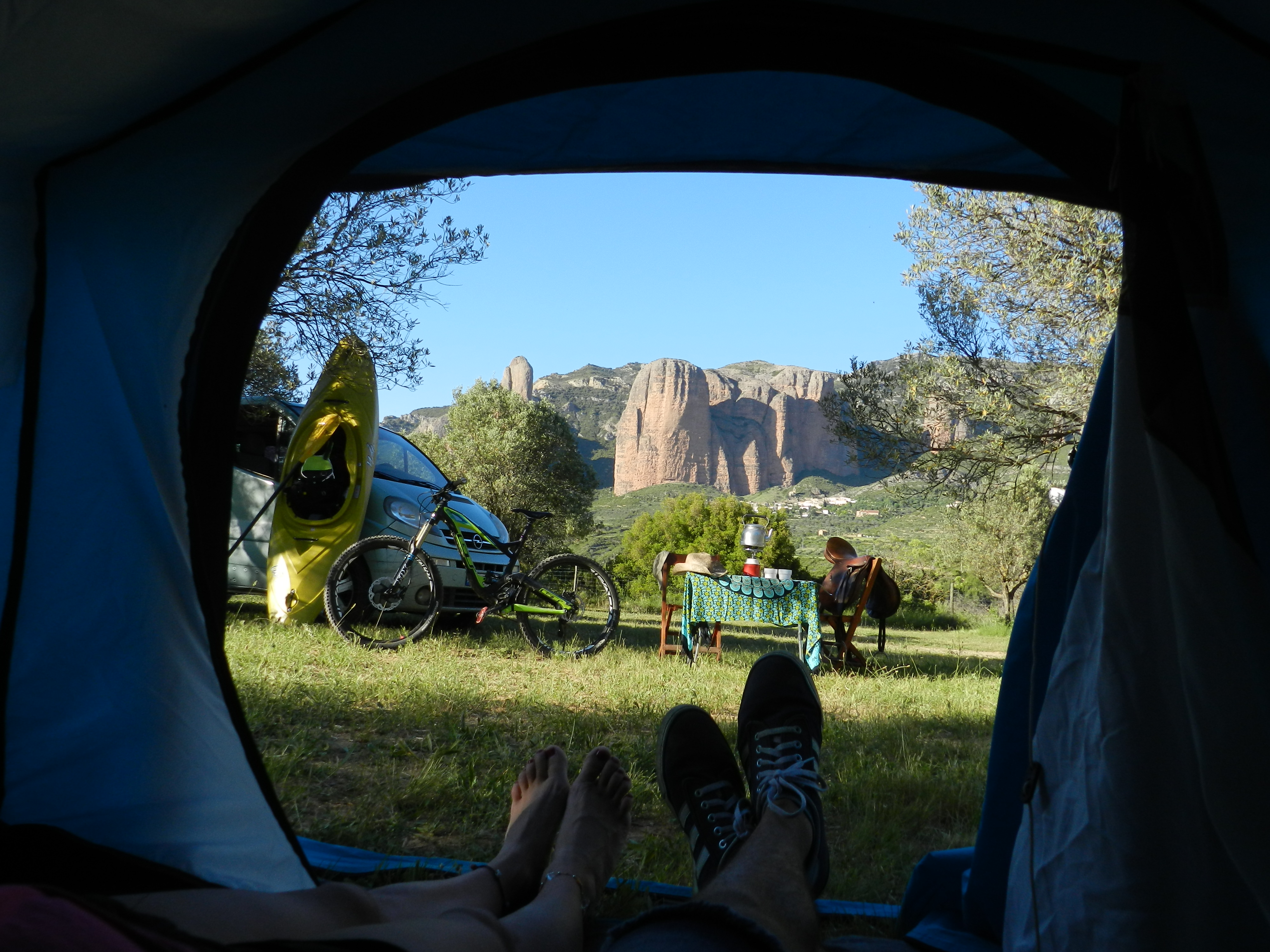 vuelta a la esencia del Camping salvaje. Observa las estrellas por la noche y la magia de los Mallos
