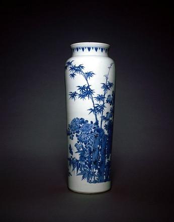 Ваза, украшенная цветами, бамбуком, камнями, бабочками и стрекозами