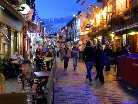 IR1868 Quay Street Galway Nacht.jpg