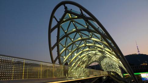 GE0008j_Friedensbrücke_Tiflis.jpg