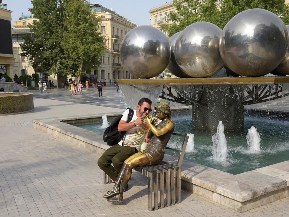 AR0009i_Fontänenplatz_Baku.jpg