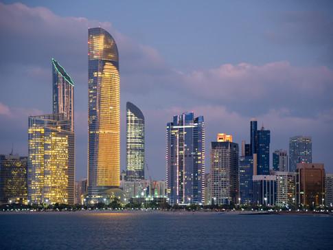 EM1122 Breakwater Abu Dhabi Nacht.jpg