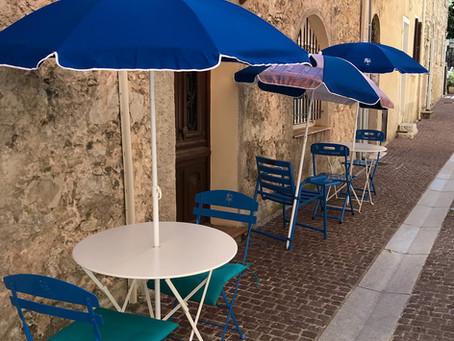 Allons en terrasse... assis sur une Chaise Bleue !