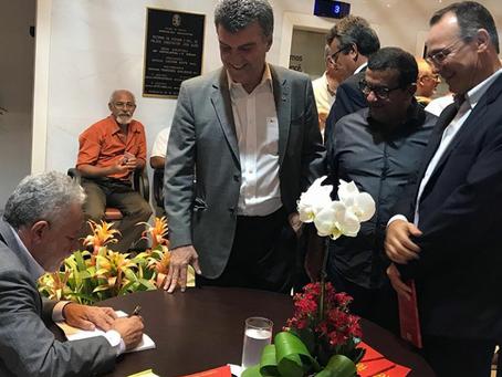 Lançamento do livro de Gualberto reúne centenas de pessoas na Alese