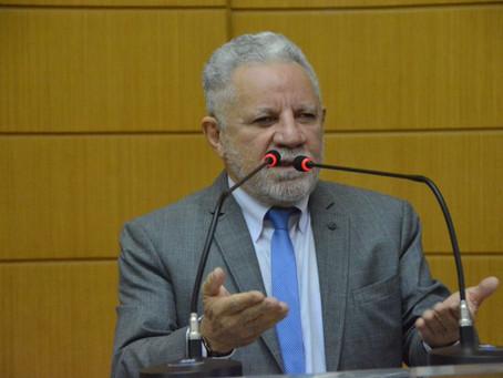 Deputado insinua 'castração' de Gualberto e é chamado de moleque