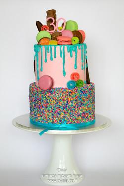 עוגת יום הולדת עם מקרונים וסוכריות