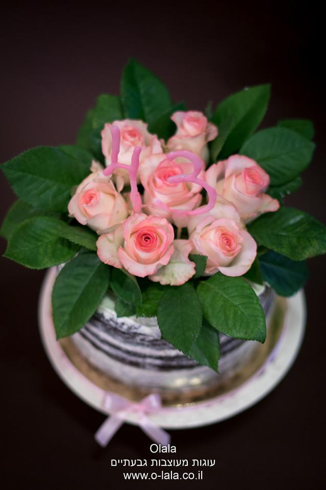 עוגה עם ורדים טריים
