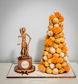קרוקומבוש עם פסל של אלת הצדק