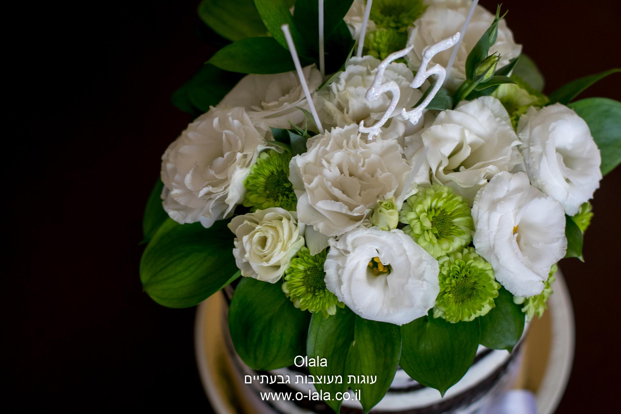 עוגת היער השחור עם פרחים טריים
